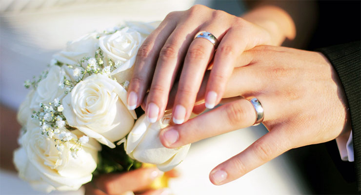 bague femme mariee doigt